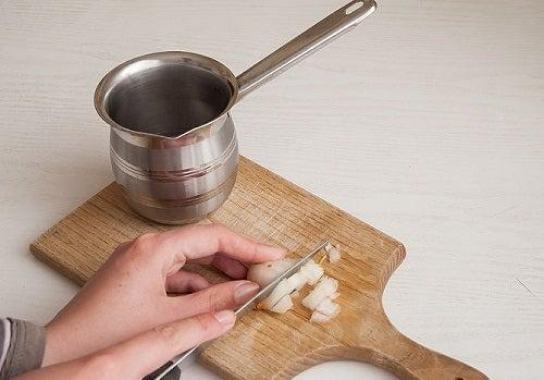 Preparare infuso cipolla