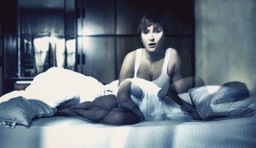 donna nel letto con disturbi del sonno