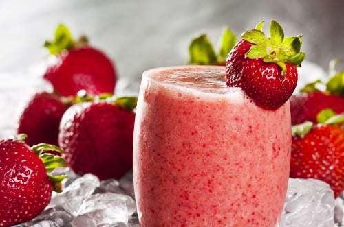 Colazione nutriente con frullato di fragole