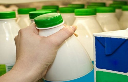 """Studio scientifico di Harvard consiglia di smettere di bere latte """"povero di grassi"""""""