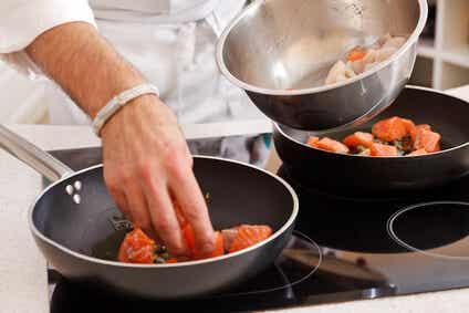 Perché bisognerebbe fare a meno di plastica e Teflon in cucina?