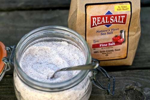 il sale è un ottimo esfoliante per il collo