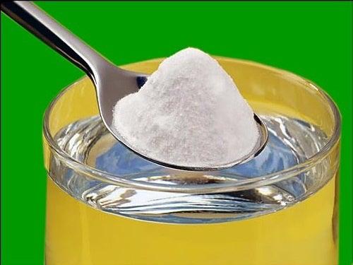 Cucchiaio di bicarbonato di sodio e acqua