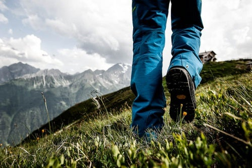 Uomo cammina in montagna