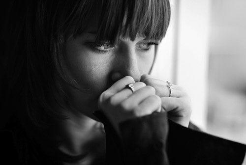Donna con espressione preoccupata