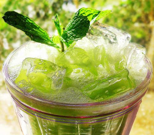 Acqua e cetriolo in bicchiere