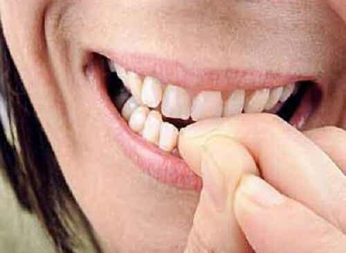 Rosicchiare le unghie rivela il nostro stato d'animo