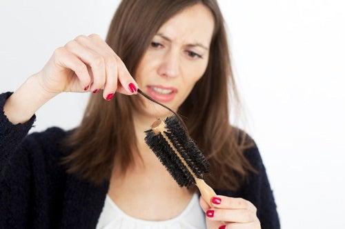 molte donne soffrono di caduta di capelli a causa dello stress