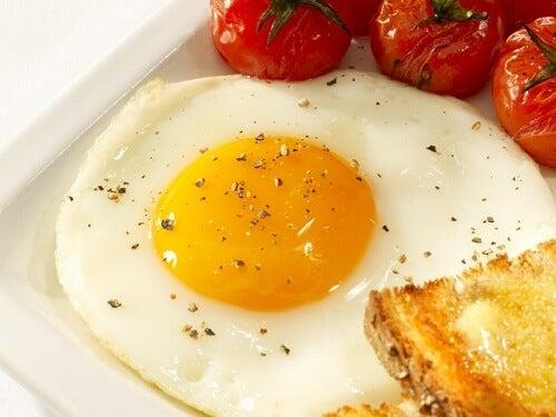 Cucinare le uova al tegamino