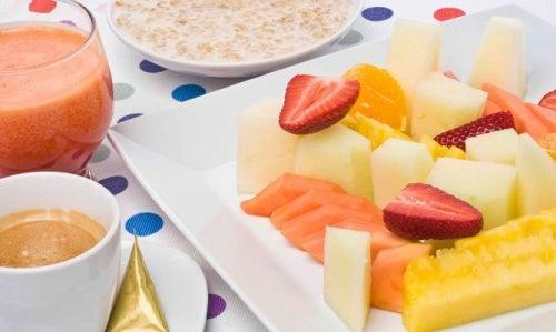 macedonia di frutta , avena, spremuta e caffè