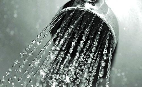 Fare-la-doccia-con-acqua-fredda