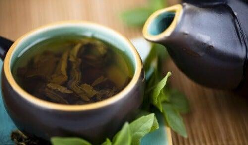 Cura depurativa a base di tè verde, limone e stevia