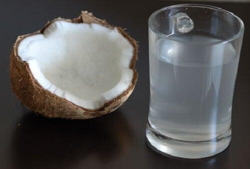 l'acqua di cocco è un ottimo trattamento contro l'ipotiroidismo