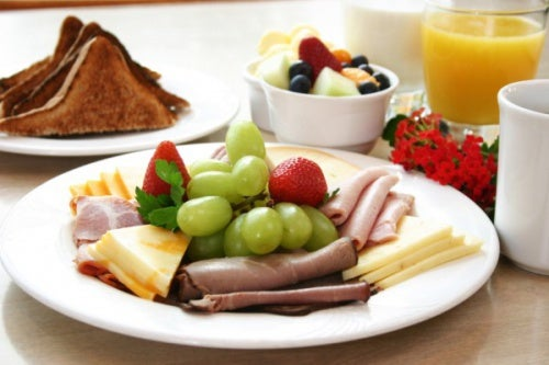 Frutta a colazione con formaggio e prosciutto