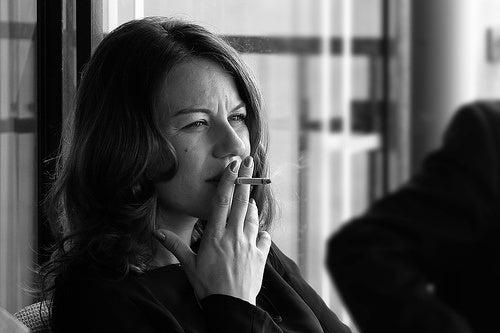 donna che fuma sigaretta