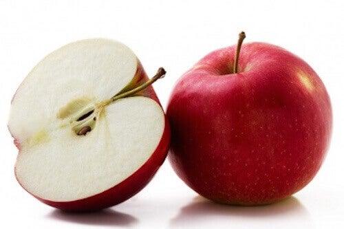 mangiare una mela rossa