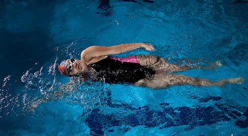 Donna che nuota