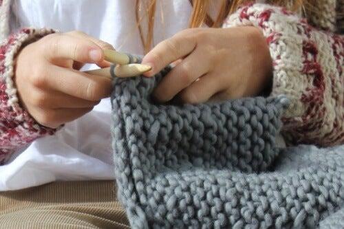 Lanaterapia: i grandi benefici del lavoro a maglia