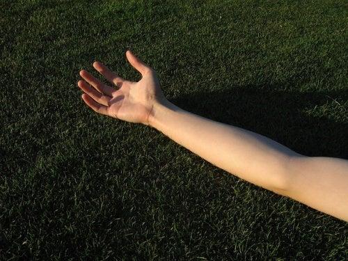 Braccio steso sull'erba