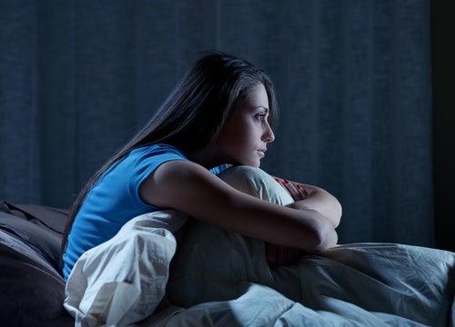 Svegliarsi nel cuore della notte è un fenomeno provocato dall'ansia.