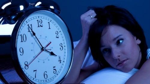 Svegliarsi nel cuore della notte senza più riuscire a riaddormentarsi può diventare un problema se capita spesso