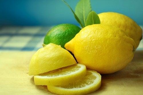 Limoni e fette di limone