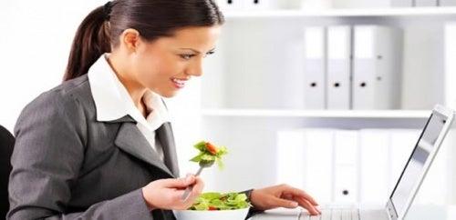 Mangiare-in-ufficio-causa-depressione-e-danneggia-la-produttività-500x242