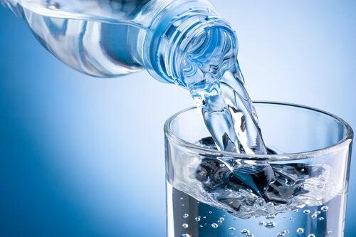 Bere acqua aiuta a ridurre il pH acido corporeo