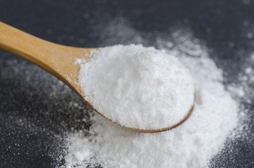 Bicarbonato di sodio in cucchiaio di legno