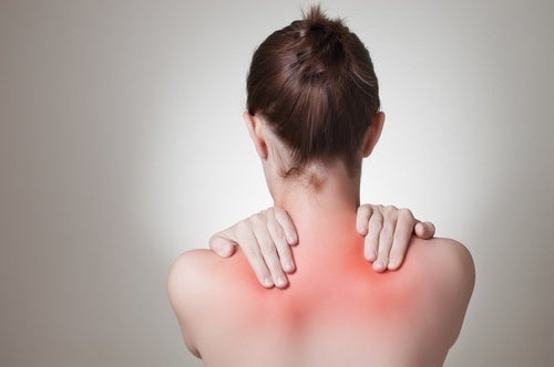 donna con infiammazione alle spalle