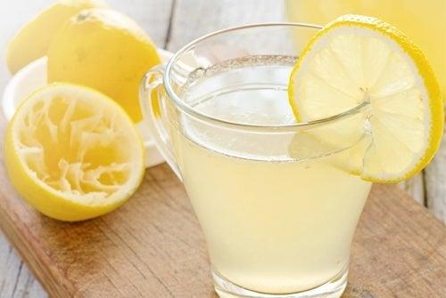 abitudine di bere acqua e limone
