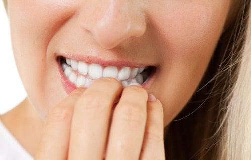 I pericolosi effetti dell'onicofagia (mangiarsi le unghie)