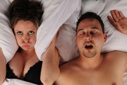 Coppia a letto e donna che non riesce a dormire
