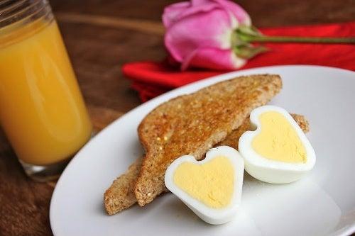Come preparare uova originali a forma di cuore
