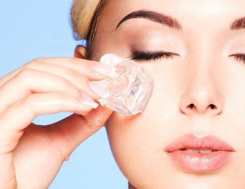 Un cubetto di ghiaccio aiuta a tonificare la pelle