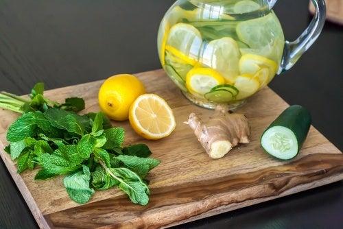 Bibita disintossicante con zenzero, limone e cetriolo