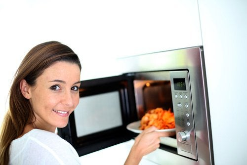 7 alimenti che non dovete riscaldare. Potreste ammalarvi!