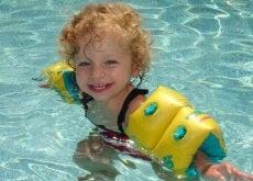 bambino felice in piascina annegamento secondario