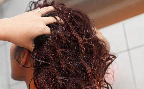 Acqua di semi di lino per rendere più forti i capelli - Vivere più sani 7d59bf50606d