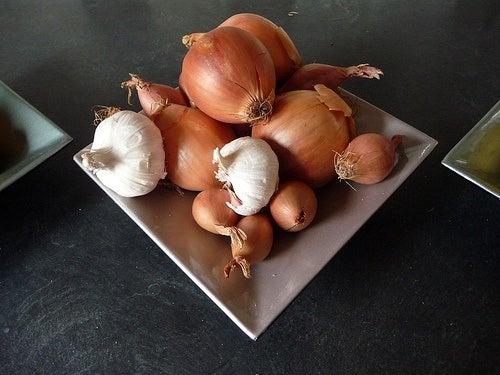 aglio e cipolla hanno eccellenti proprietà per l'organismo