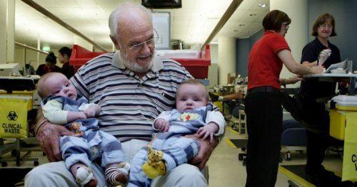 L'uomo che salva la vita dei neonati con il proprio sangue