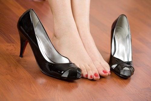 Dolore ai piedi causato dalle scarpe, addio