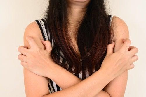 Ragazza con capelli lunghi e braccia incrociate