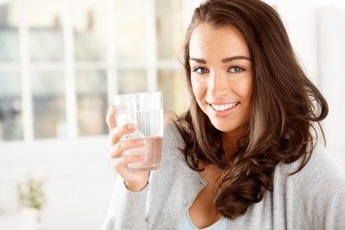 Ragazza beve acqua