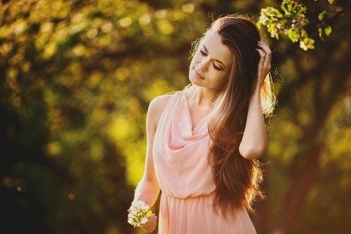 Donna con capelli lunghi e sani