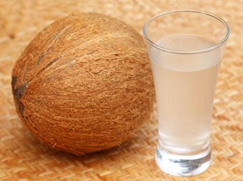L'acqua del cocco racchiude 10 speciali benefici