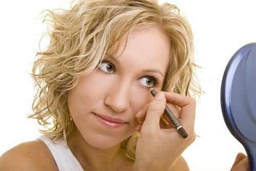 Applicare-eyeliner-500x334