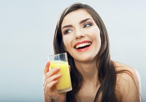 i benefici dell'acqua di ananas sono molteplici