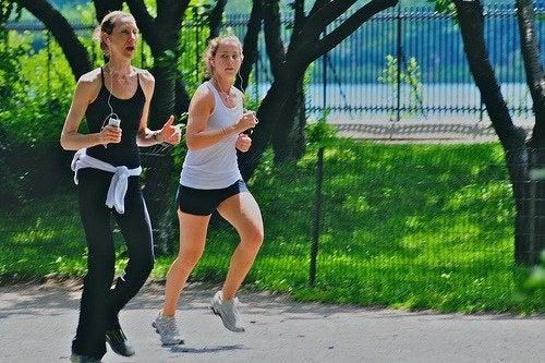 Due donne fanno jogging al parco