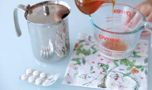 Peeling del viso con l'aspirina per una pelle luminosa